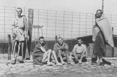 Un gruppo di sopravvissuti al campo di concentramento di Buchenwald, fortemente provati e denutriti, fotografati subito dopo la liberazione. Germania, dopo l'11 aprile 1945. — US Holocaust Memorial Museum