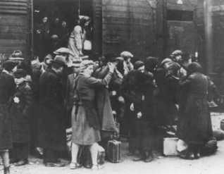 Un trasporto di Ebrei ungheresi all'arrivo ad Auschwitz-Birkenau. Polonia, maggio 1944. — Yad Vashem Photo Archives